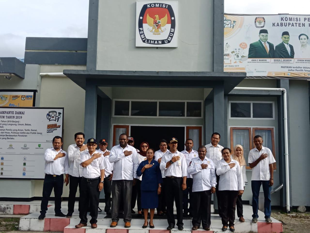 Ketua dan Sekretariat KPU Kab. Kepulauan Yapen